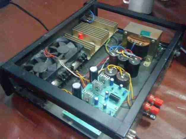 DOZ amplifier yang telah dirakit . Saya menggunakan 2 buah fan untuk pendinginan karena heatsink kurang besar.